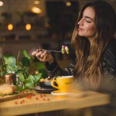 Alimentazione consapevole, o mindful eating, significa saper godere con tutti i nostri sensi dell'esperienza del cibo e, di conseguenza, avere un rapporto più autentico e sano con l'alimentazione.